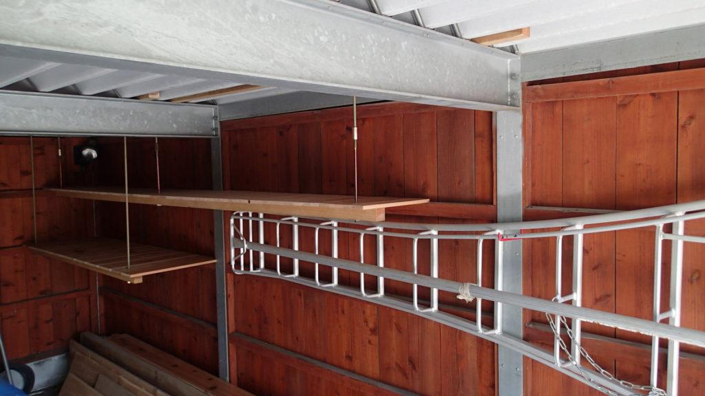 2段の棚と、三点脚立の壁掛け。